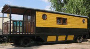 Holzwagen mit Bad und Küche