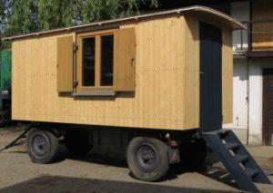 Holzwagen mit Treppe und Isolierglasfenstern